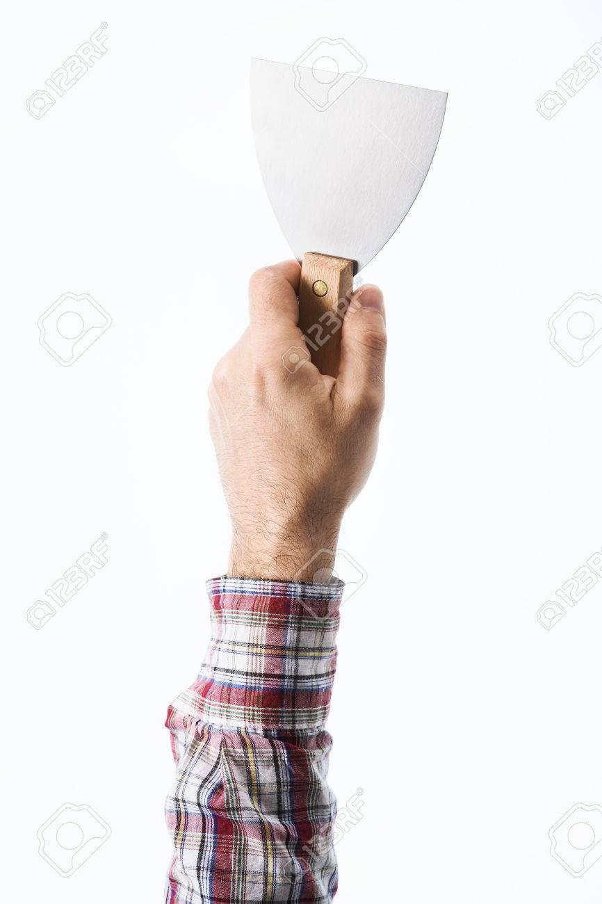 hand männlich maurer hält ein gipsspachtel auf weißem hintergrund
