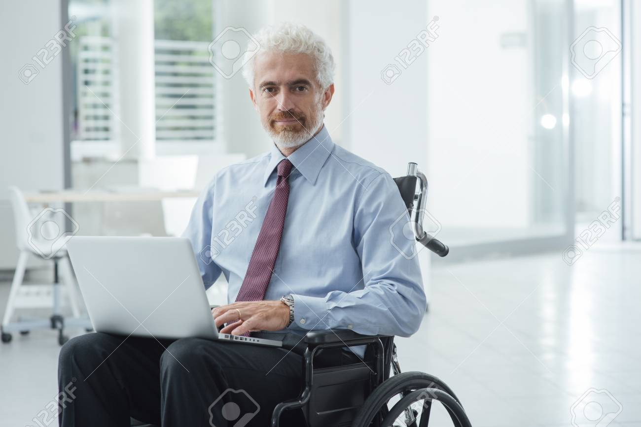 empresarial empresario exitoso en silla de ruedas en la oficina con