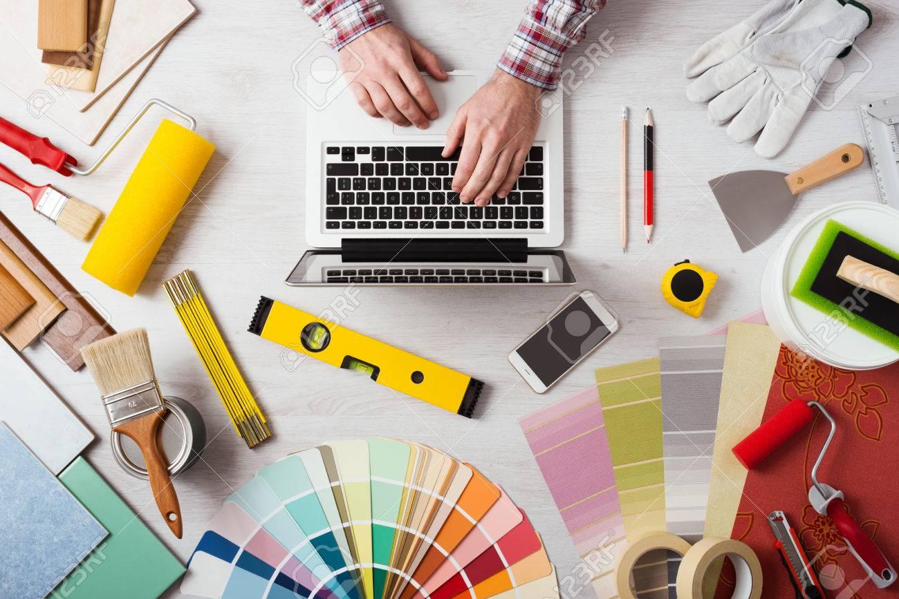 Manos Del Decorador Profesional Que Trabaja En Su Escritorio Y  ~ Herramientas Pintor Profesional