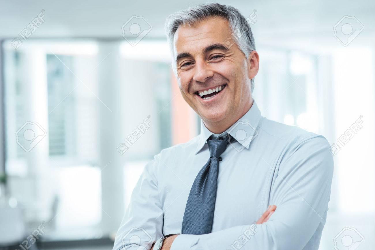 YO VENDO 51617035-exitoso-hombre-de-negocios-que-presenta-con-los-brazos-cruzados-y-sonriendo-a-la-c%C3%A1mara