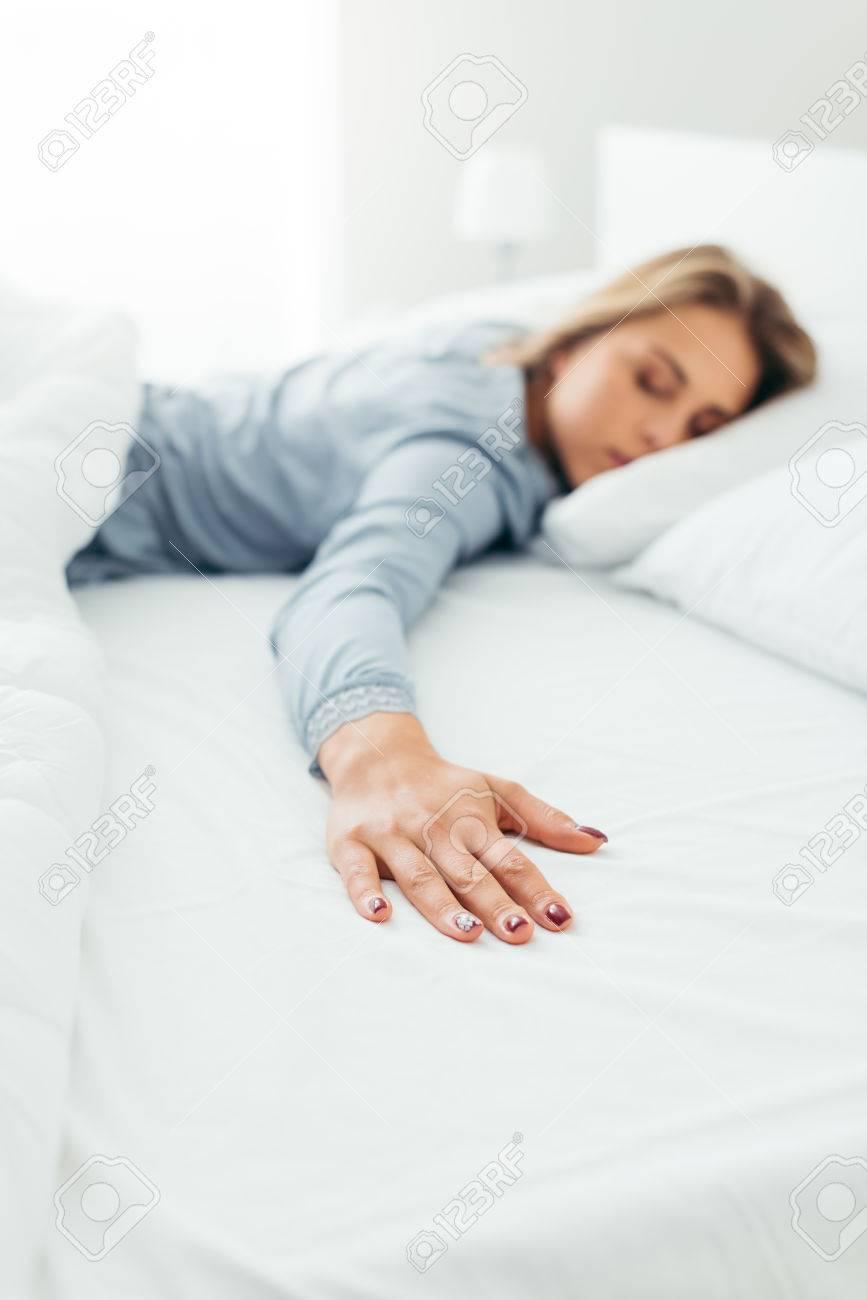 Lonely Giovane Donna Che Dorme Nel Suo Letto E Manca Il Suo Partner ...
