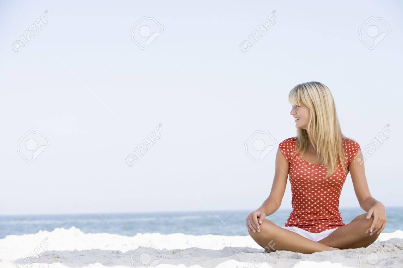 Joven mujer sentada en una playa  Foto de archivo - 3204633