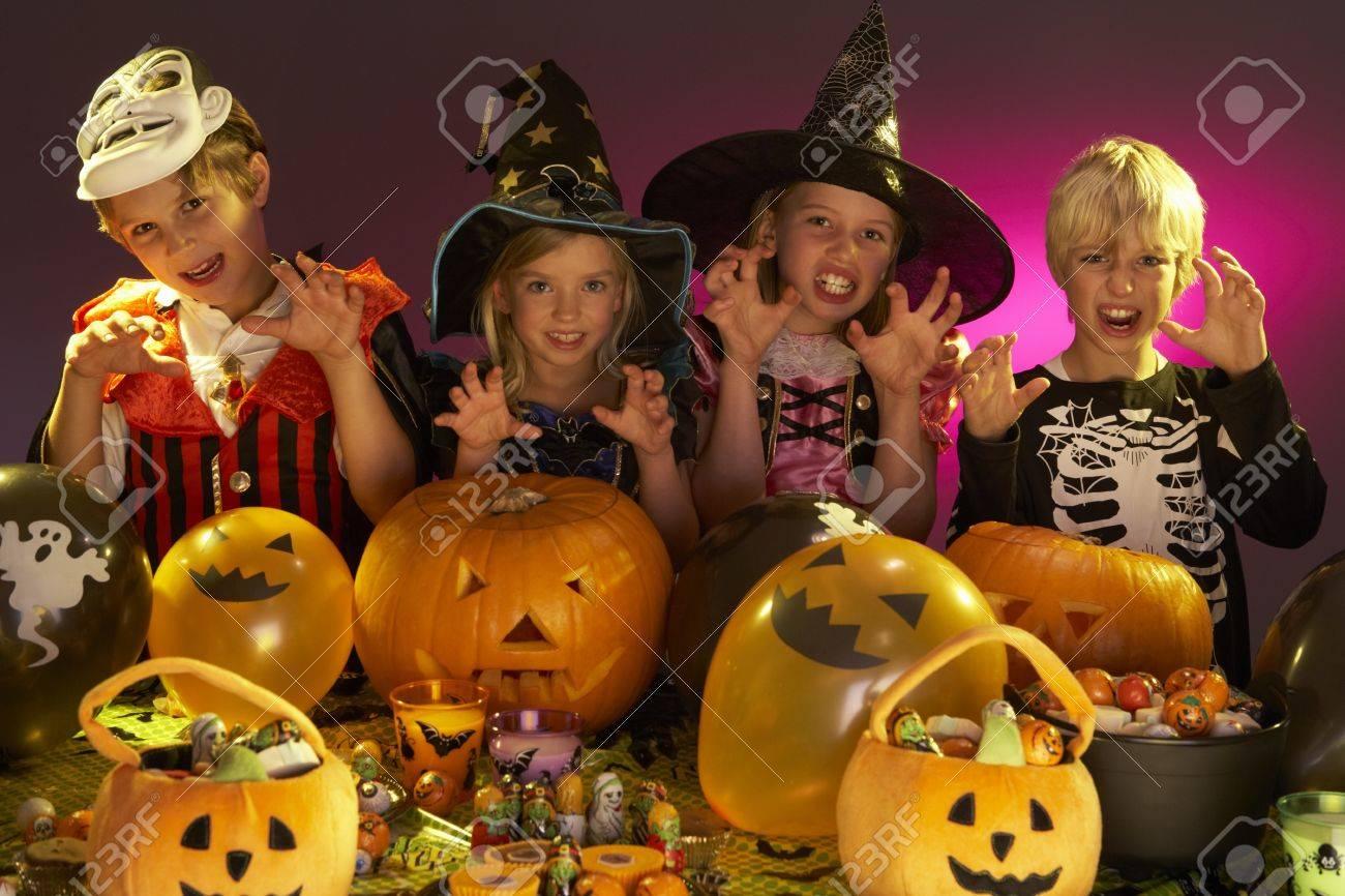 Halloween Party Mit Kindern Die Ausgefallene Kostume Tragen
