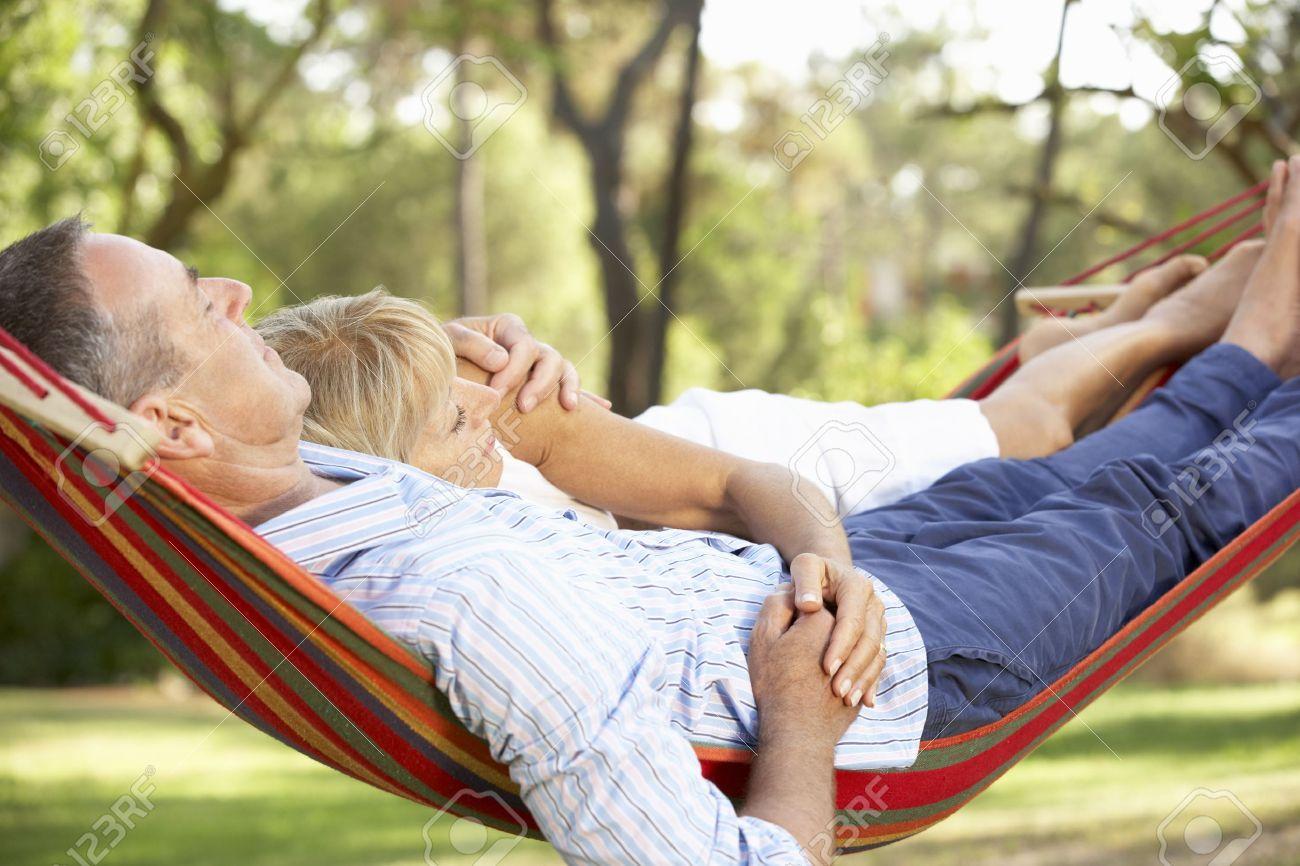 Resultado de imagem para casal deitado na rede