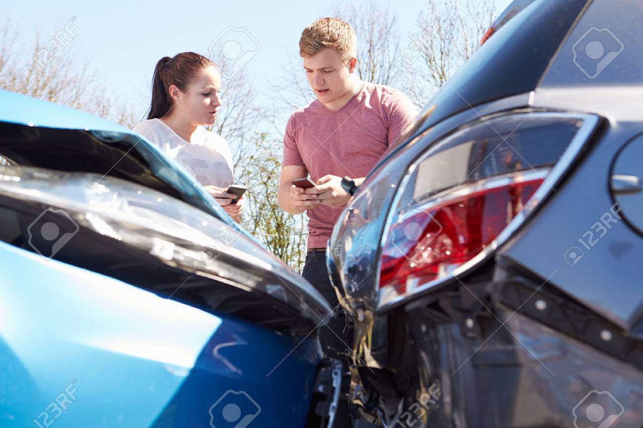 Car Insurance After Accident >> Two Drivers Exchange Insurance Details After Accident