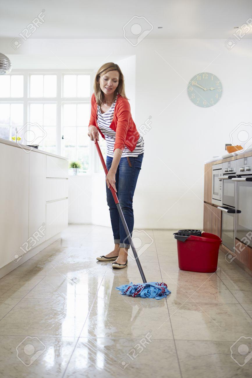 Frau Mopping Küche Fussboden Lizenzfreie Fotos, Bilder Und Stock ...