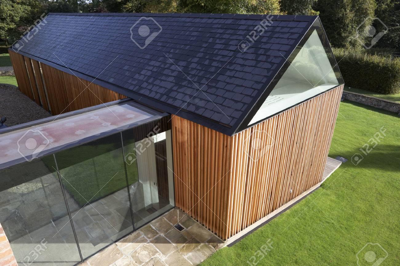 Exterior Of Modern House Mit Verlängerung Standard Bild   31047403