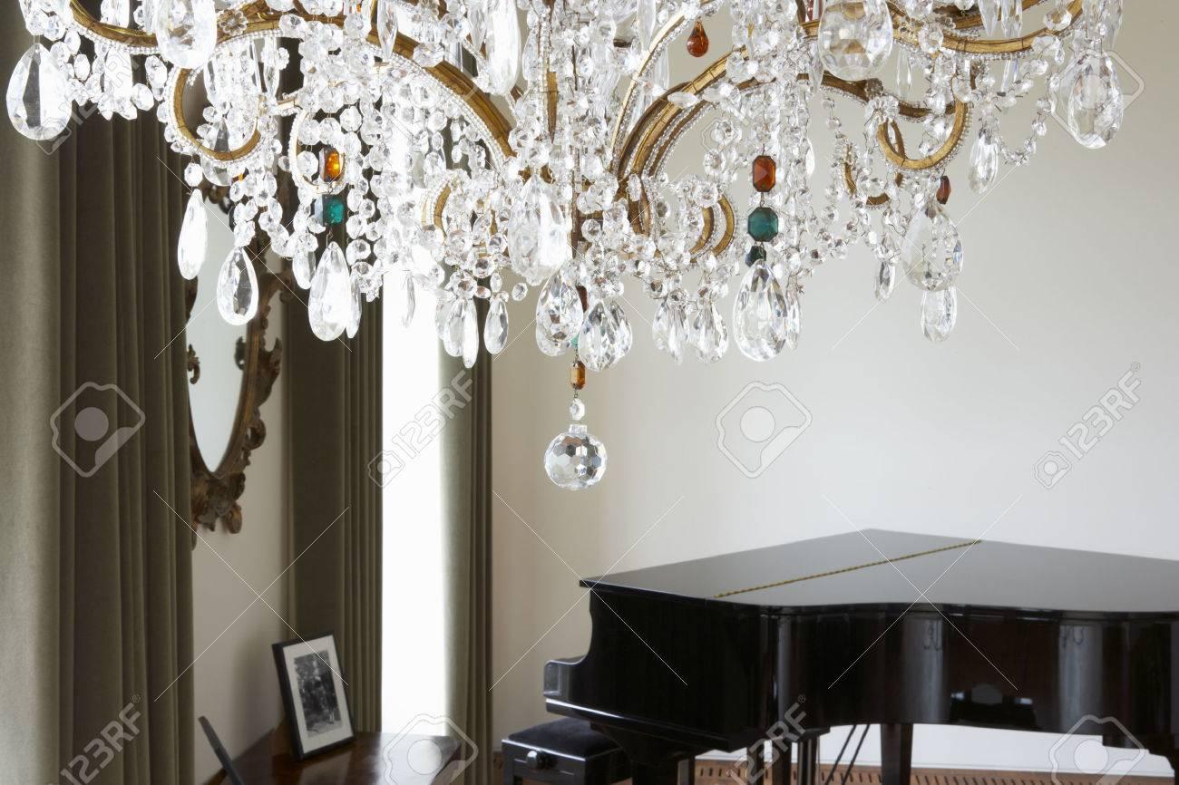 Zimmer Mit Kronleuchter ~ Zimmer im modernen haus mit kronleuchter und flügel lizenzfreie