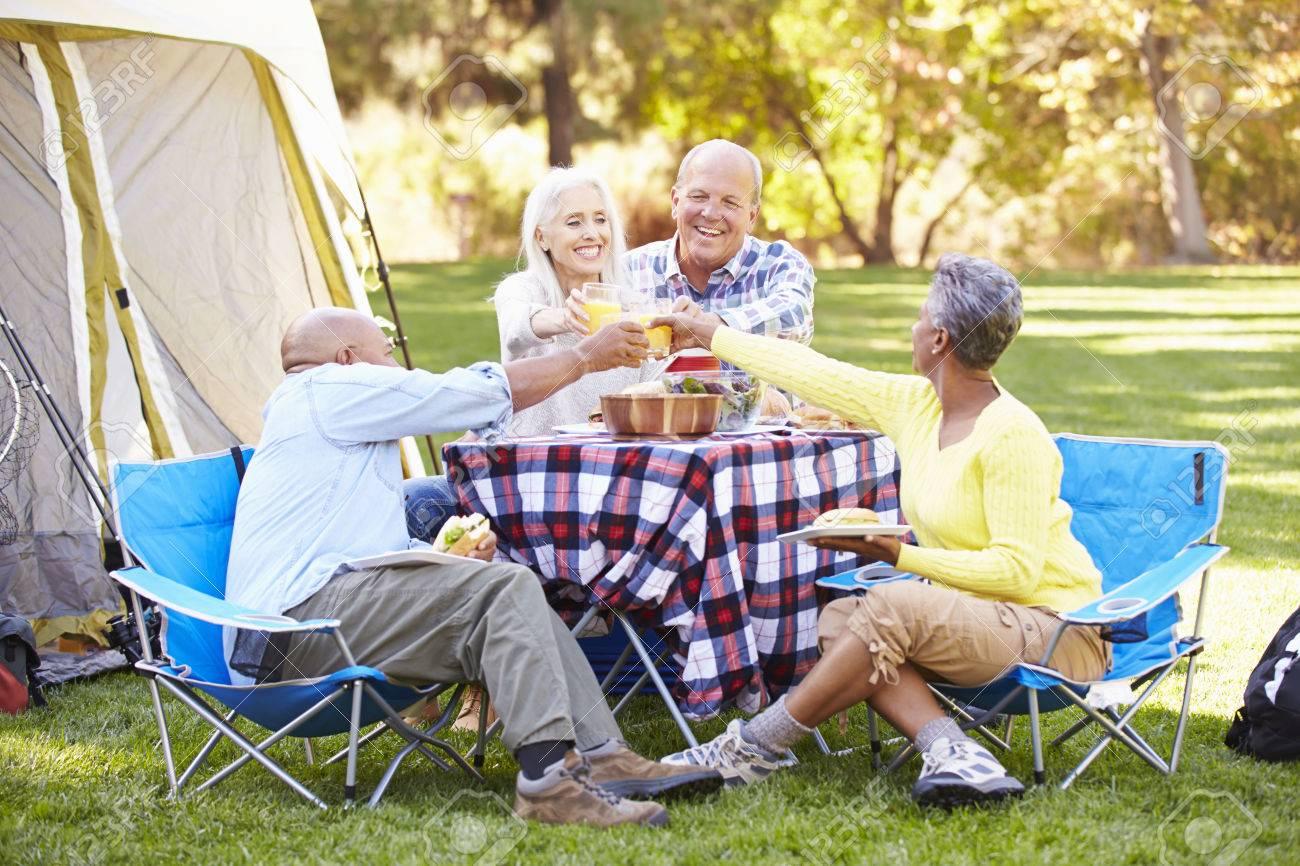 Le REPOS et les VACANCES vont de pair avec notre foi chrétienne... 31054875-deux-couples-de-personnes-%C3%A2g%C3%A9es-b%C3%A9n%C3%A9ficiant-camping-vacances-%C3%A0-la-campagne