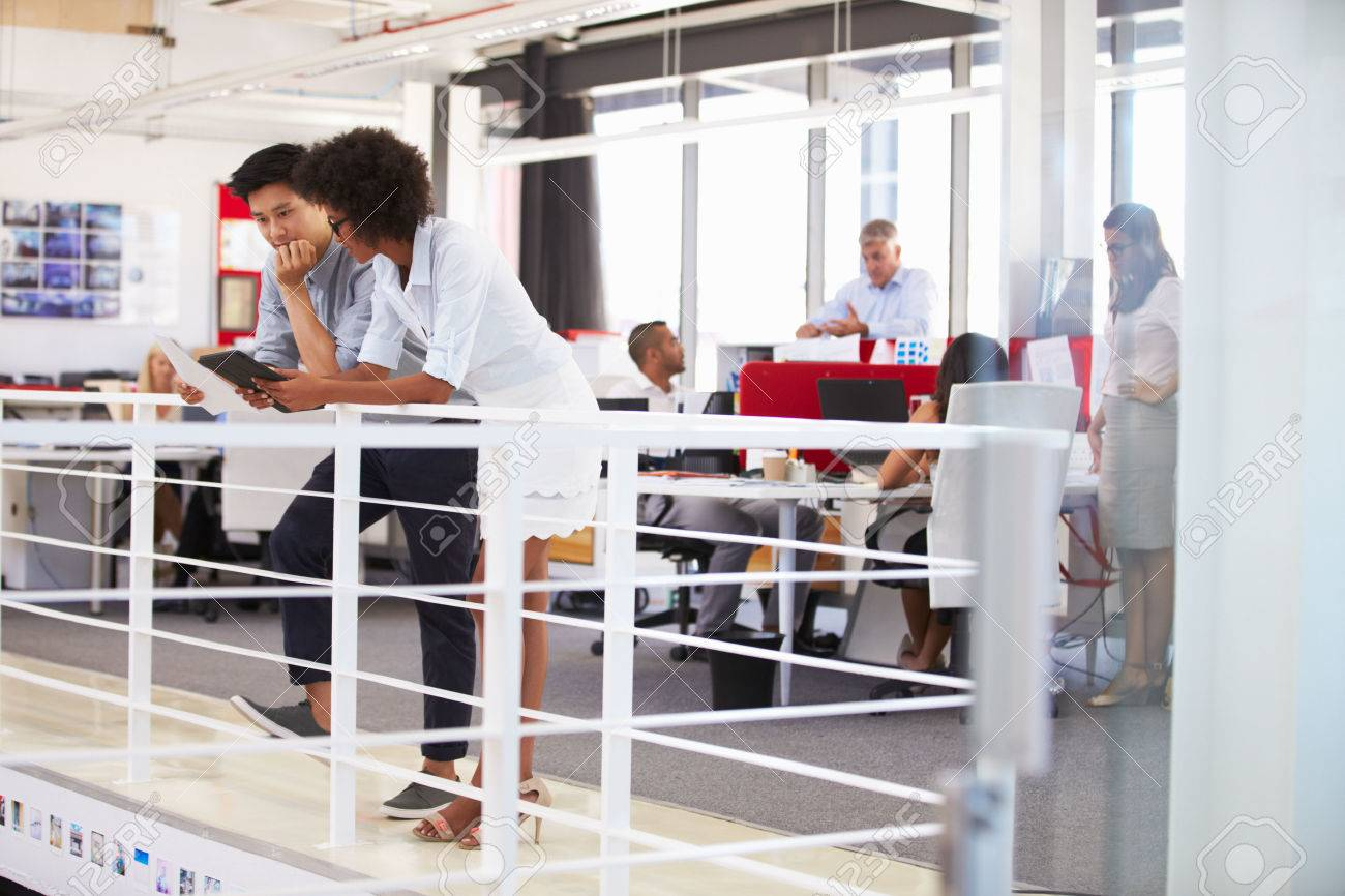 Le personnel travaillant dans un bureau en mezzanine occupés banque