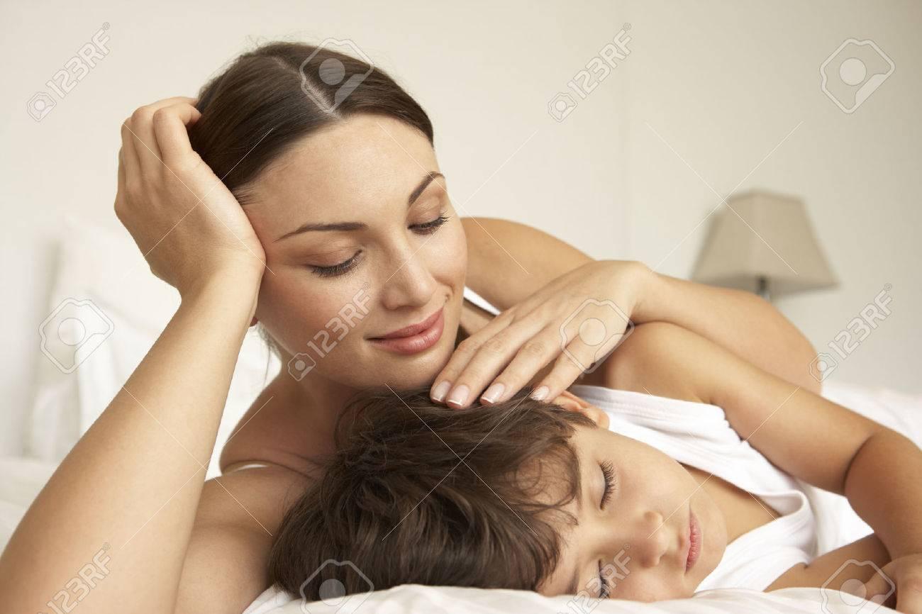Mutter Tröstend Schlafen Sohn Im Bett Lizenzfreie Fotos Bilder Und