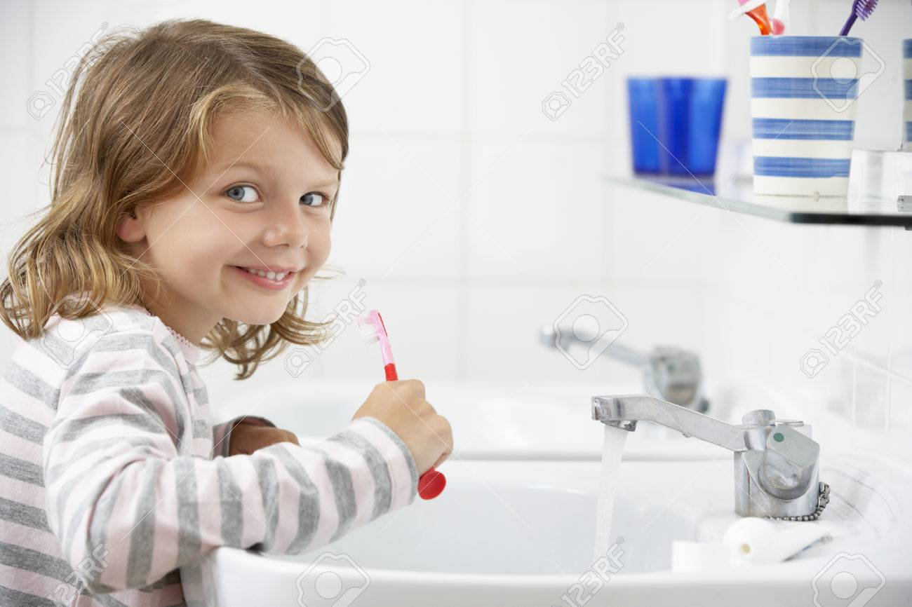 Mädchen Im Badezimmer Zähne Putzen Lizenzfreie Fotos, Bilder Und ...