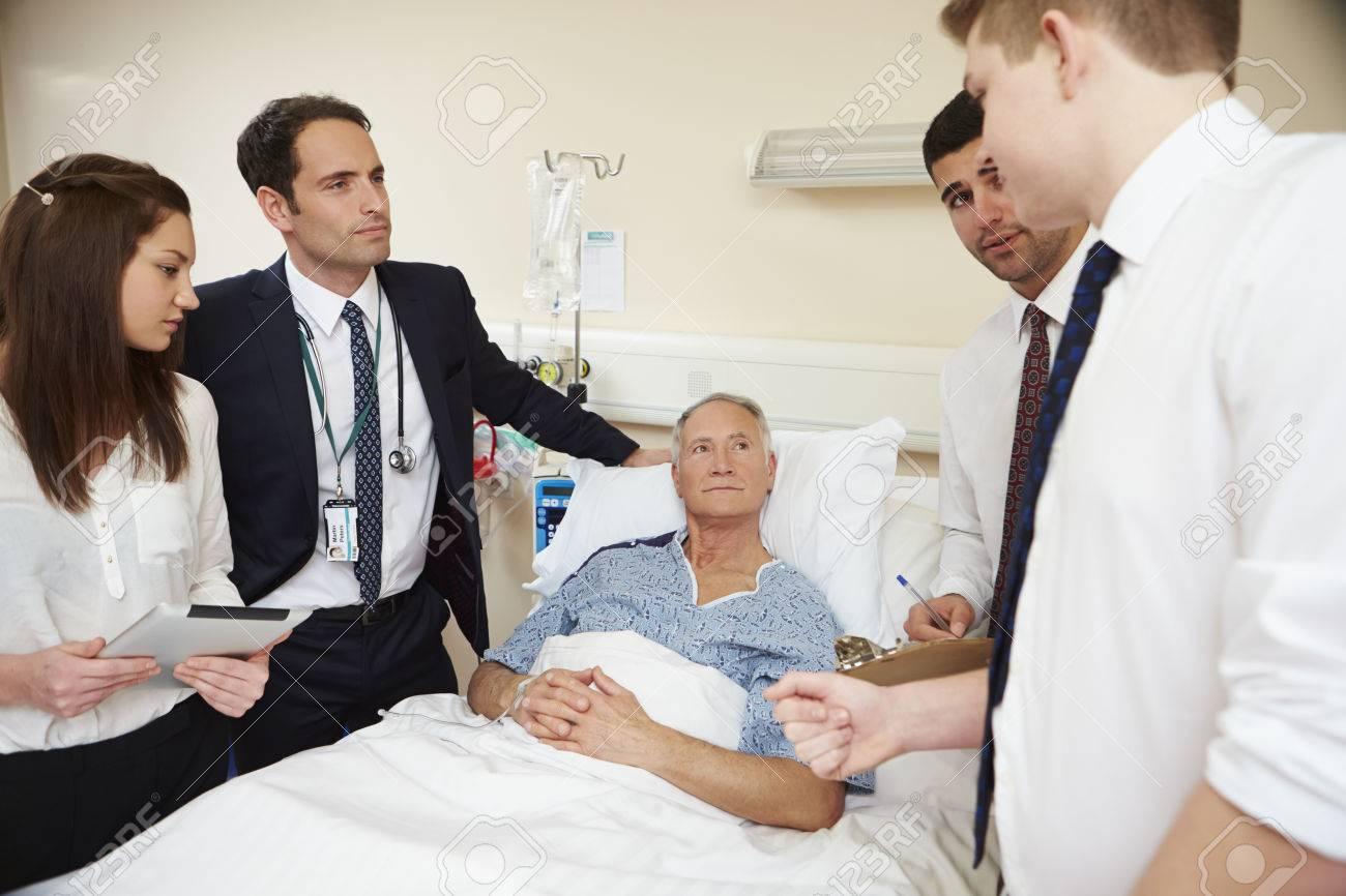 Personnel médical sur balles debout près du lit du patient Banque d'images - 42402556