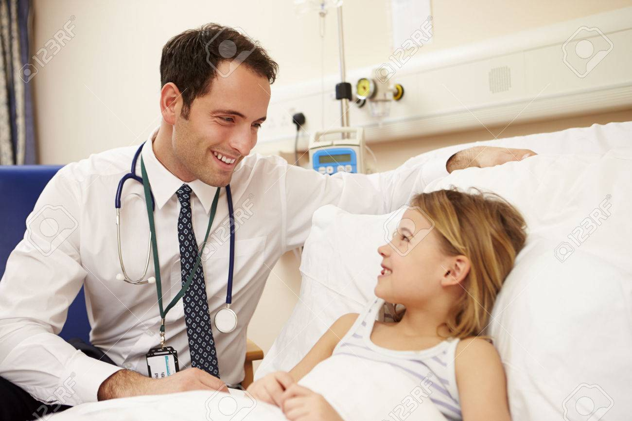 Bed médecin assis En jeune fille dans l'hôpital Banque d'images - 42402999