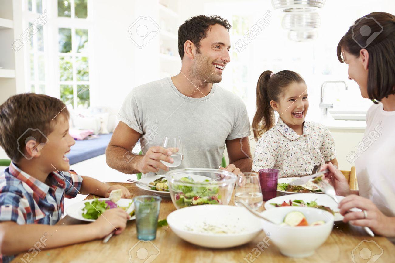 Familie Essen Mahlzeit Um Küchentisch Zusammen Lizenzfreie Fotos ...