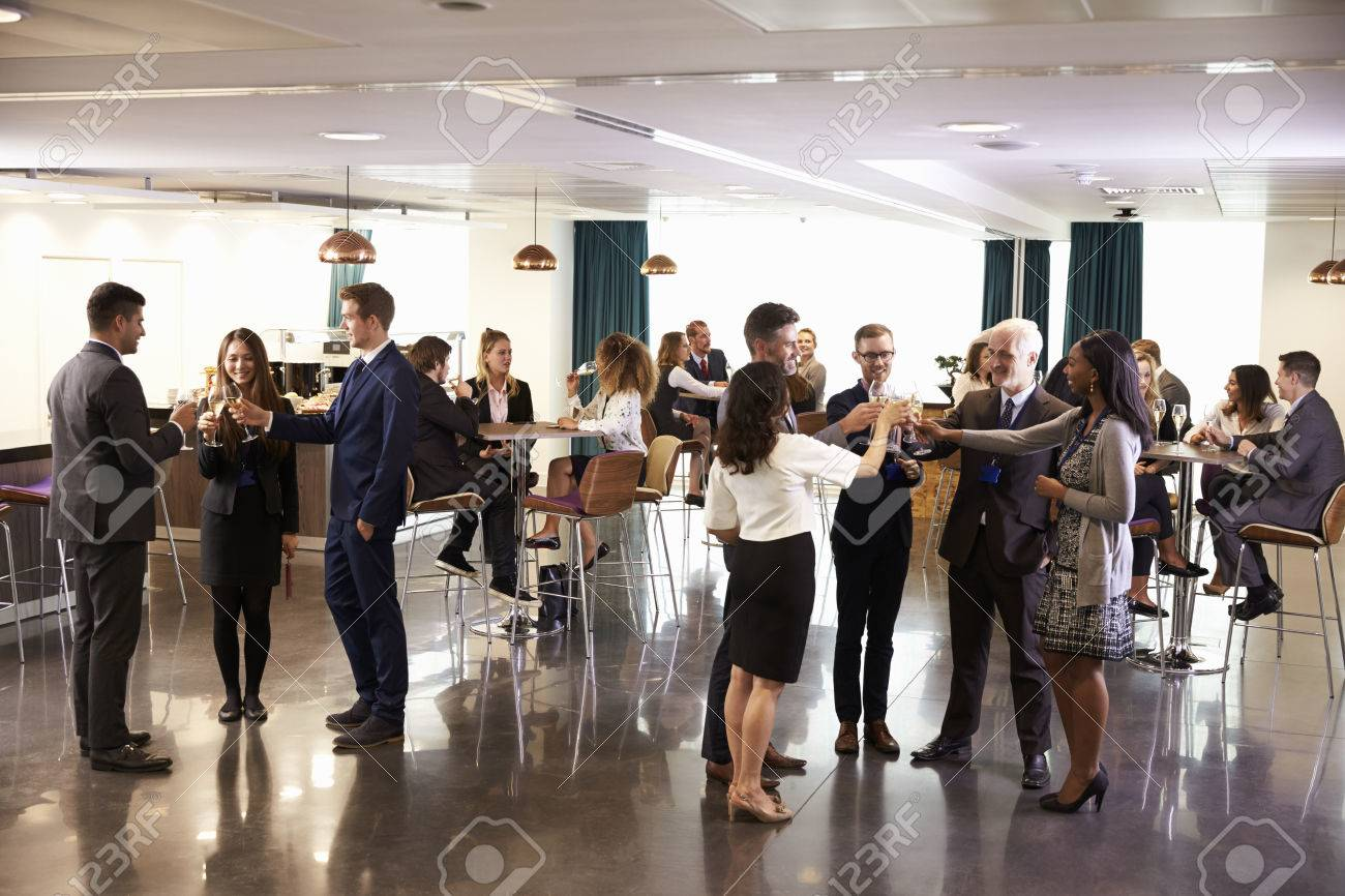 Delegates Networking At Conference Drinks Reception Banque d'images - 71235869