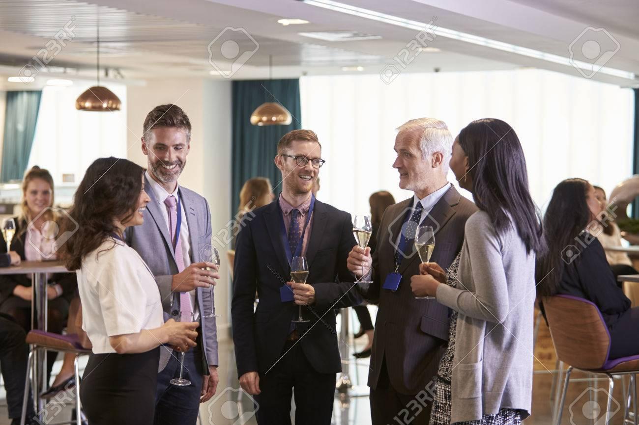 Les délégués de réseautage à boissons conférence Réception Banque d'images - 71258924