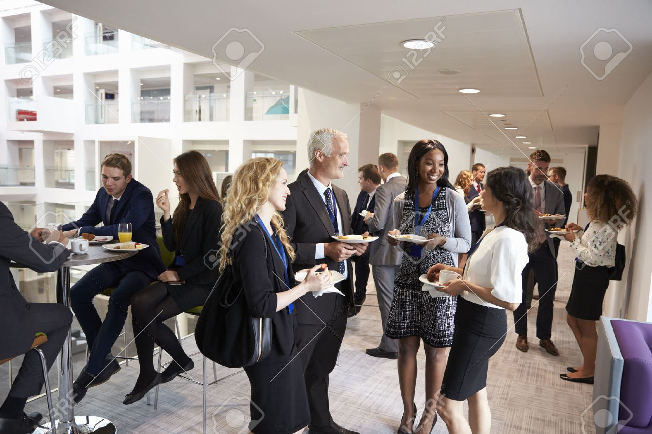 Delegates Networking During Conference Lunch Break Banque d'images - 71258935