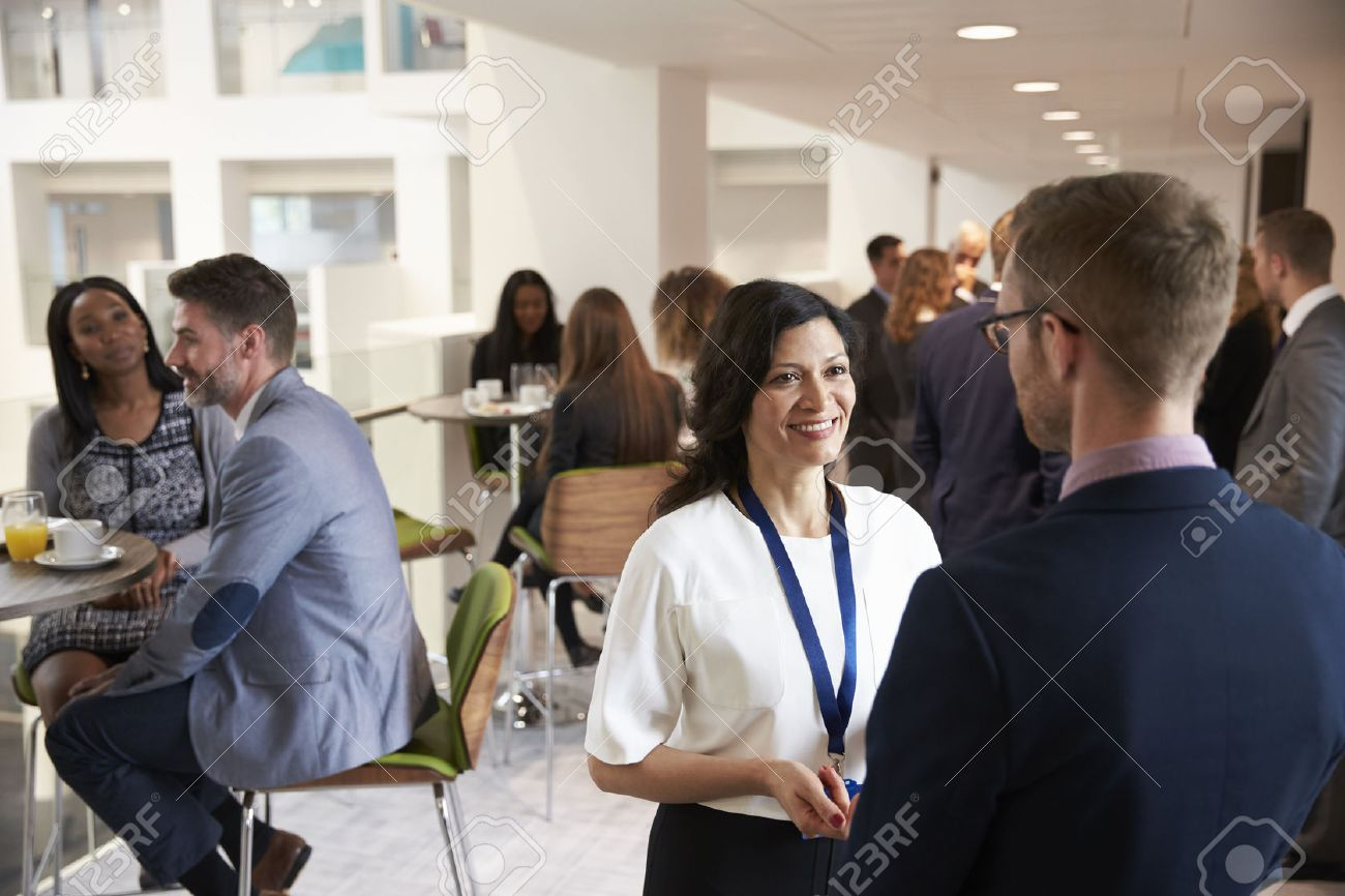 Delegates Networking During Coffee Break At Conference Banque d'images - 71259026