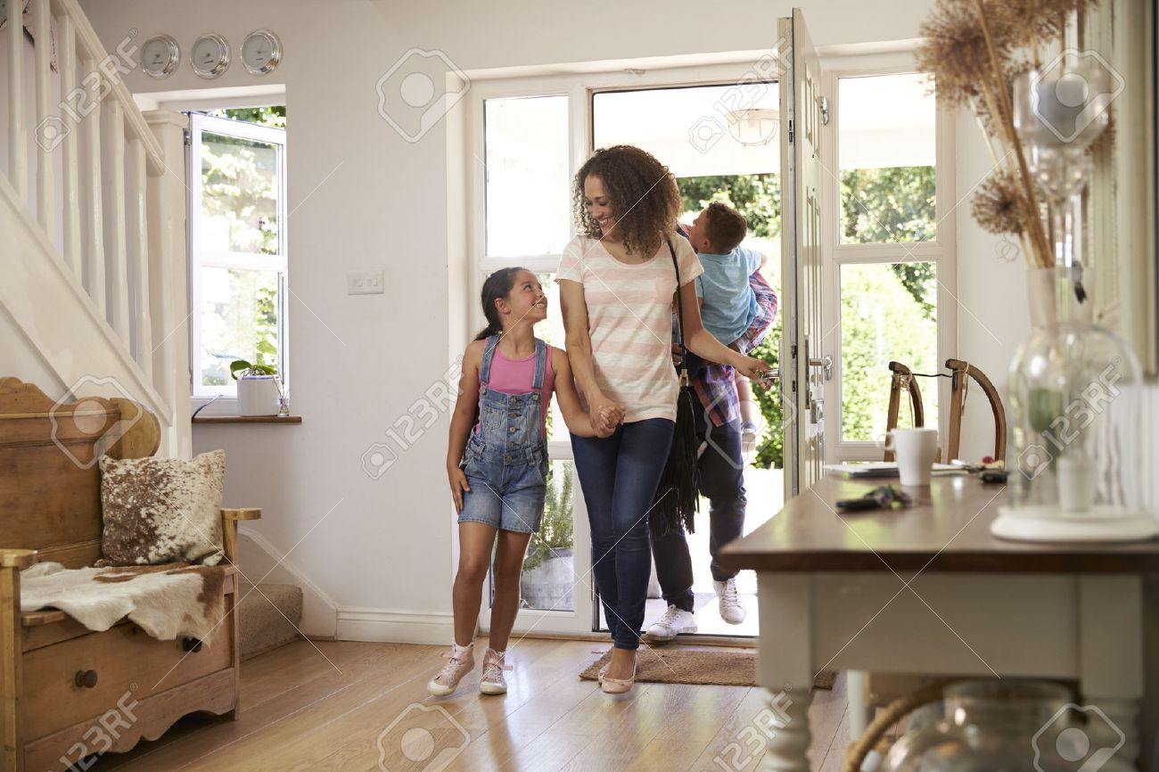 Family In Hallway Returning Home Together Banque d'images - 71214148