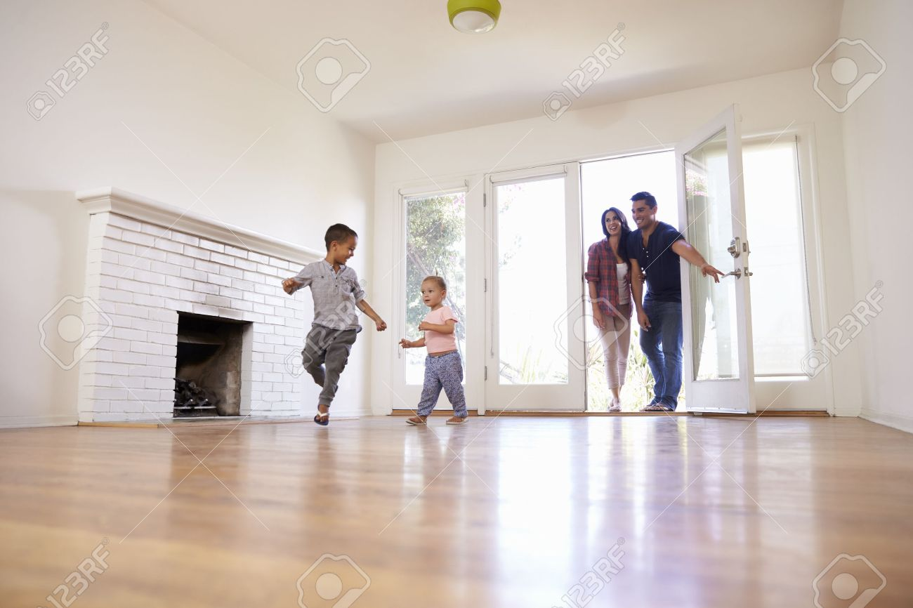 Excited Family Explore New Home On Moving Day Standard-Bild - 71214478