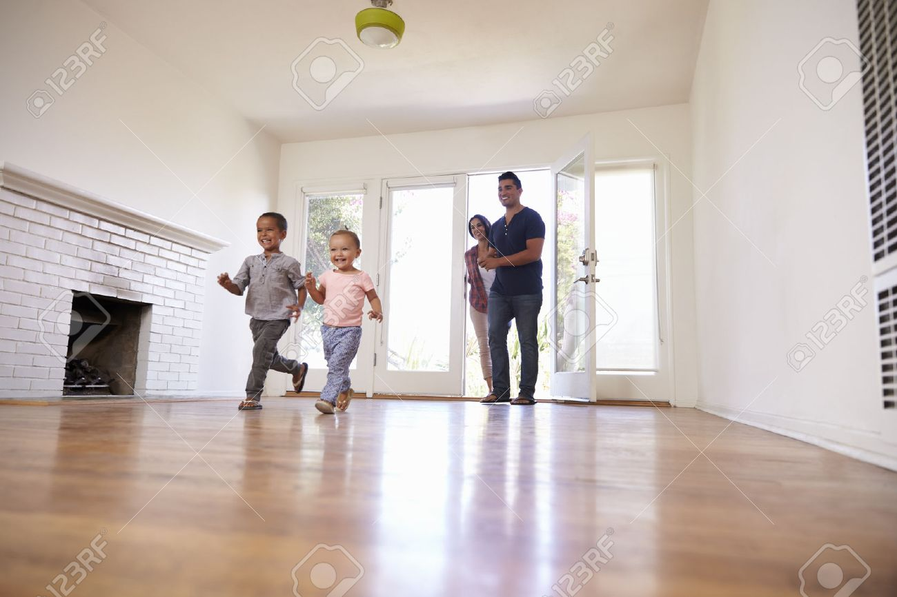Excited Family Explore New Home On Moving Day Banque d'images - 71266853
