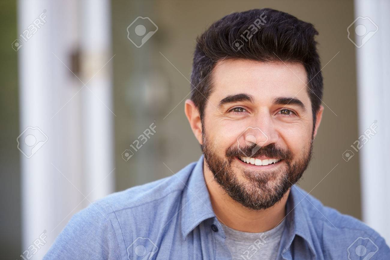 Outdoor Head And Shoulders Portrait Of Smiling Mature Man Banque d'images - 71273314