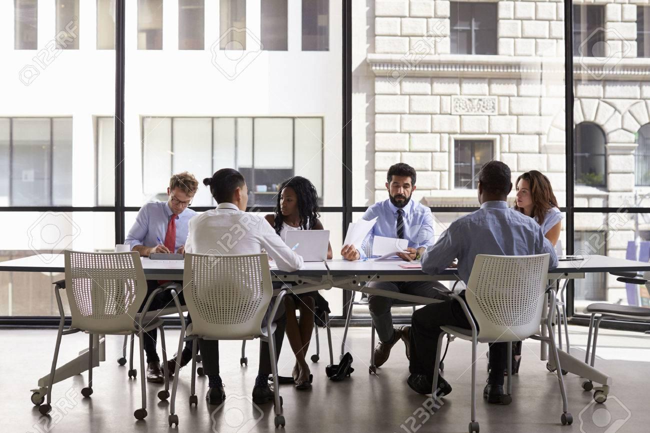 Réunion de l équipe d affaires d entreprise dans un bureau moderne