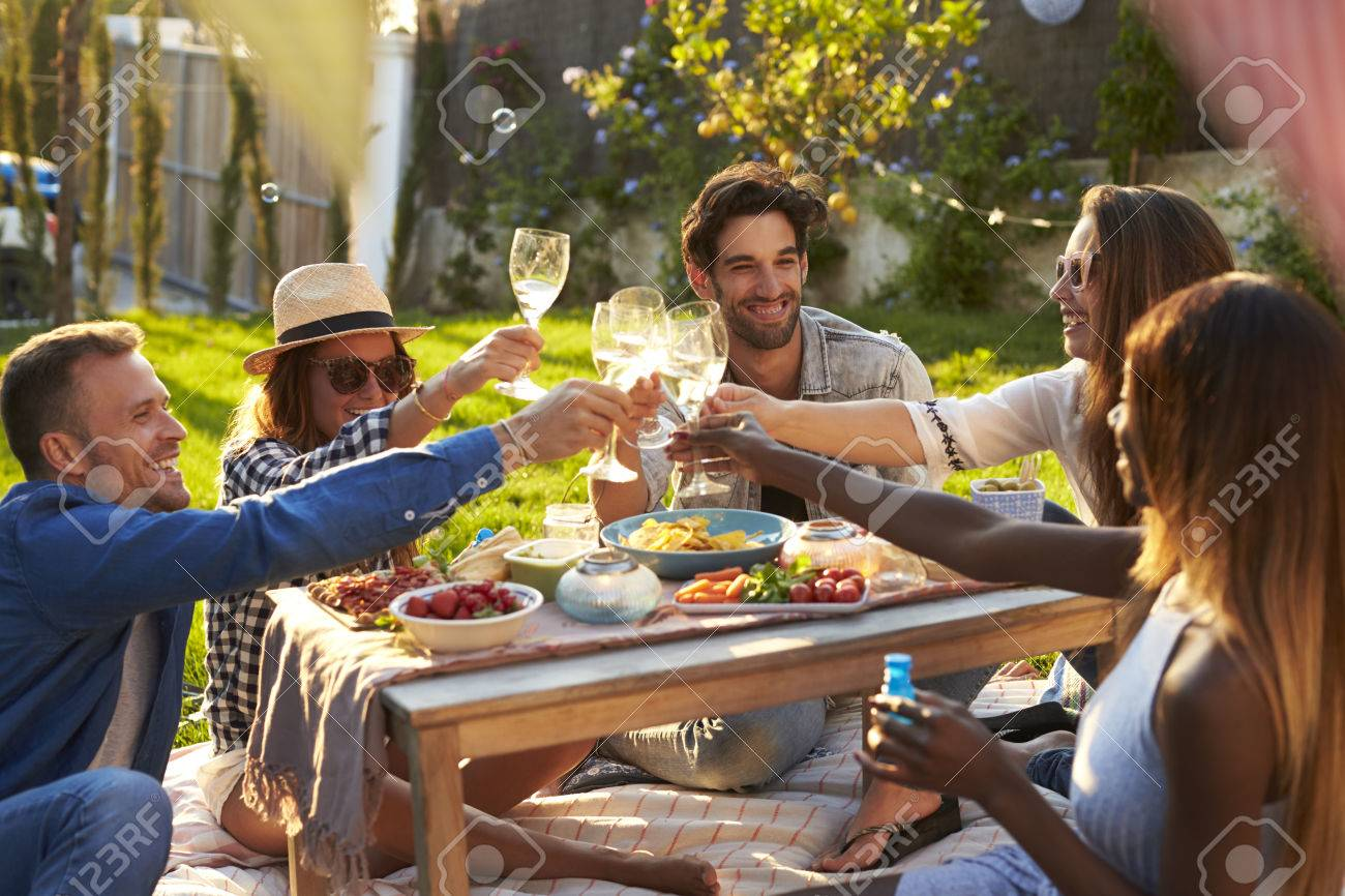 Group Of Friends Enjoying Outdoor Picnic In Garden Banque d'images - 71403790
