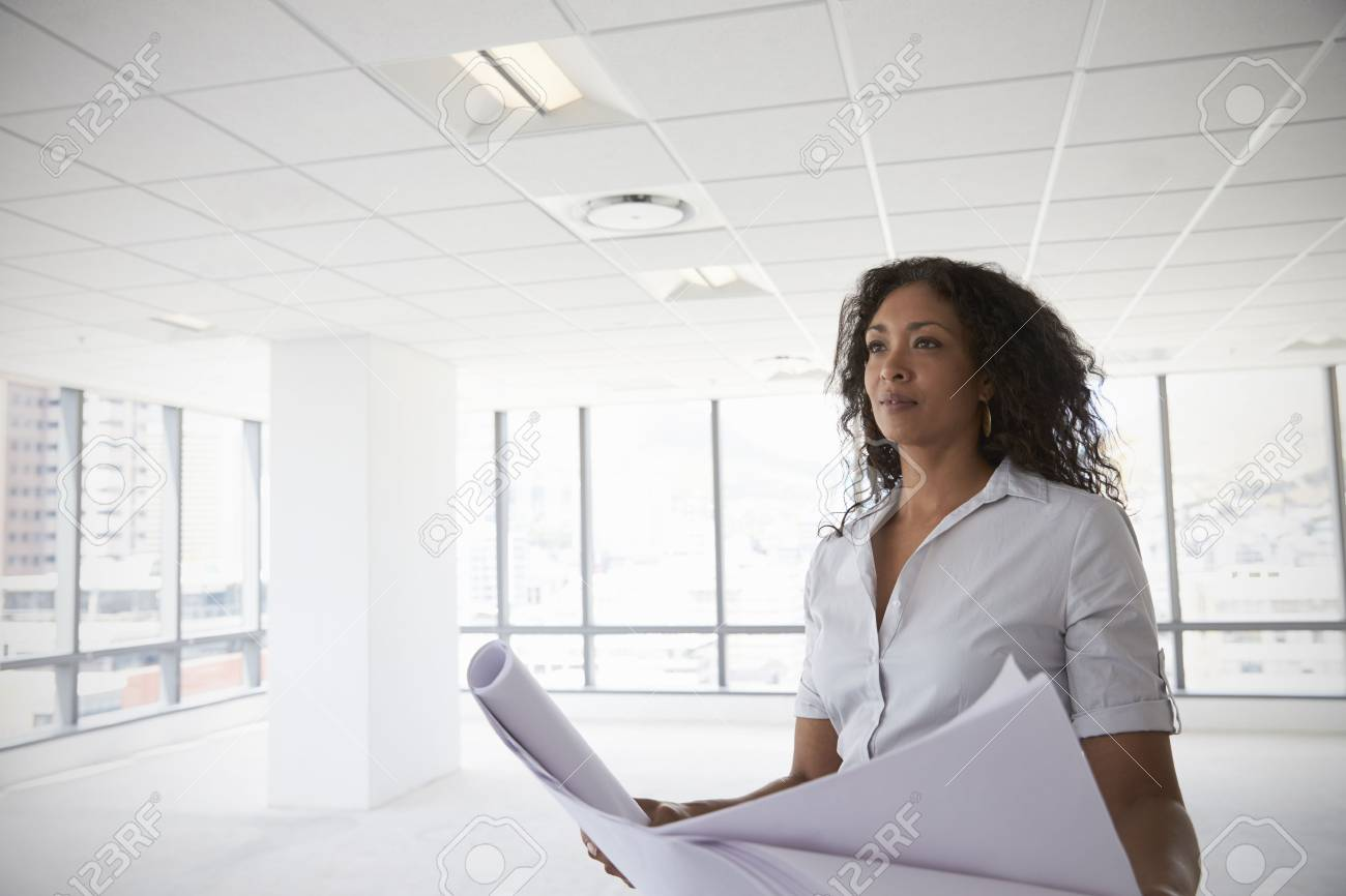 Standard Bild   Weibliche Architekt In Modern Leere Büro Blick Pläne