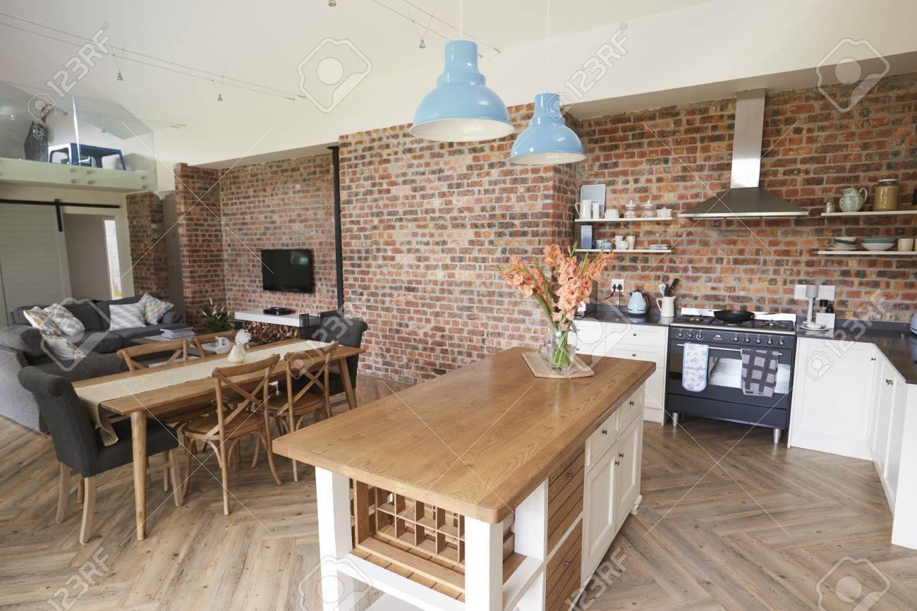 Intérieur de maison avec cuisine ouverte, salon et salle à manger