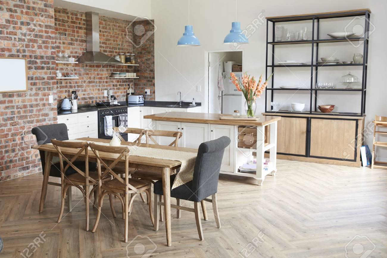 Elegante interior de la casa con cocina abierta y área de comedor