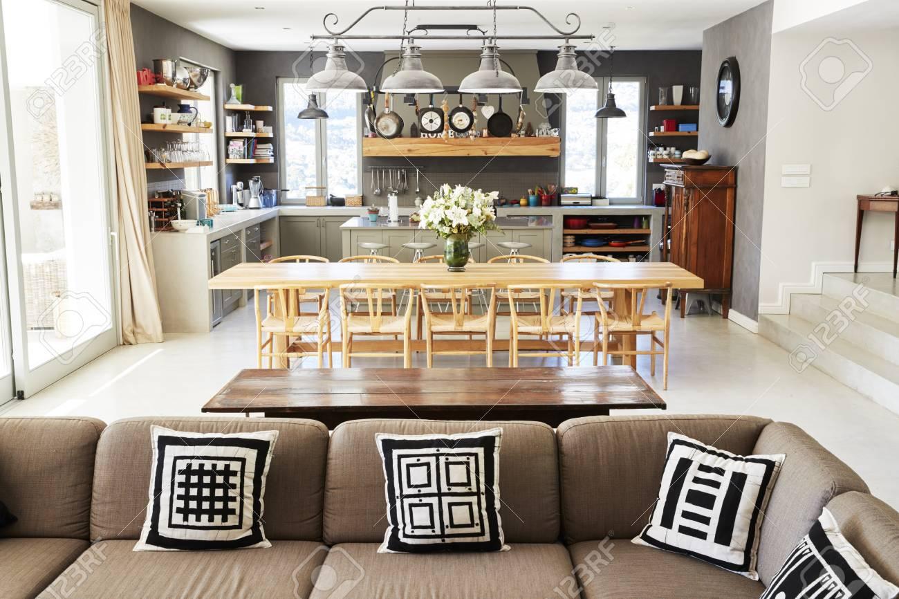 Intérieur de la maison avec cuisine ouverte, salon et salle à manger