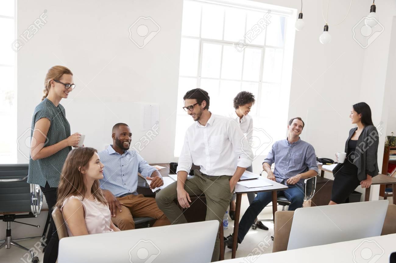 オフィスでのカジュアルミーティングの若いビジネス仲間 の写真素材 ...