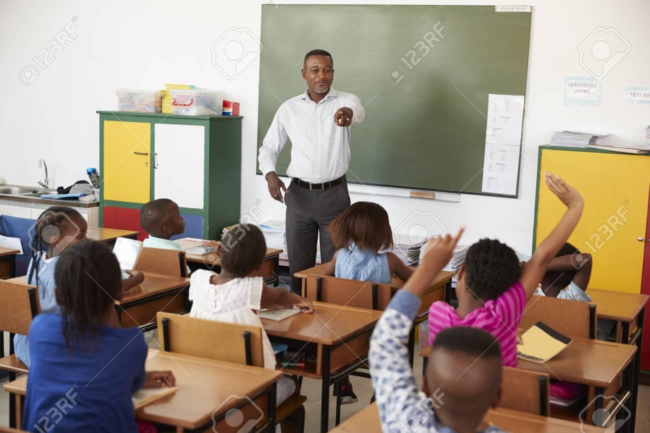 Enseignant Et Enfants Avec Les Mains Dans Une Classe D'école Primaire  Banque D'Images Et Photos Libres De Droits. Image 85280384.