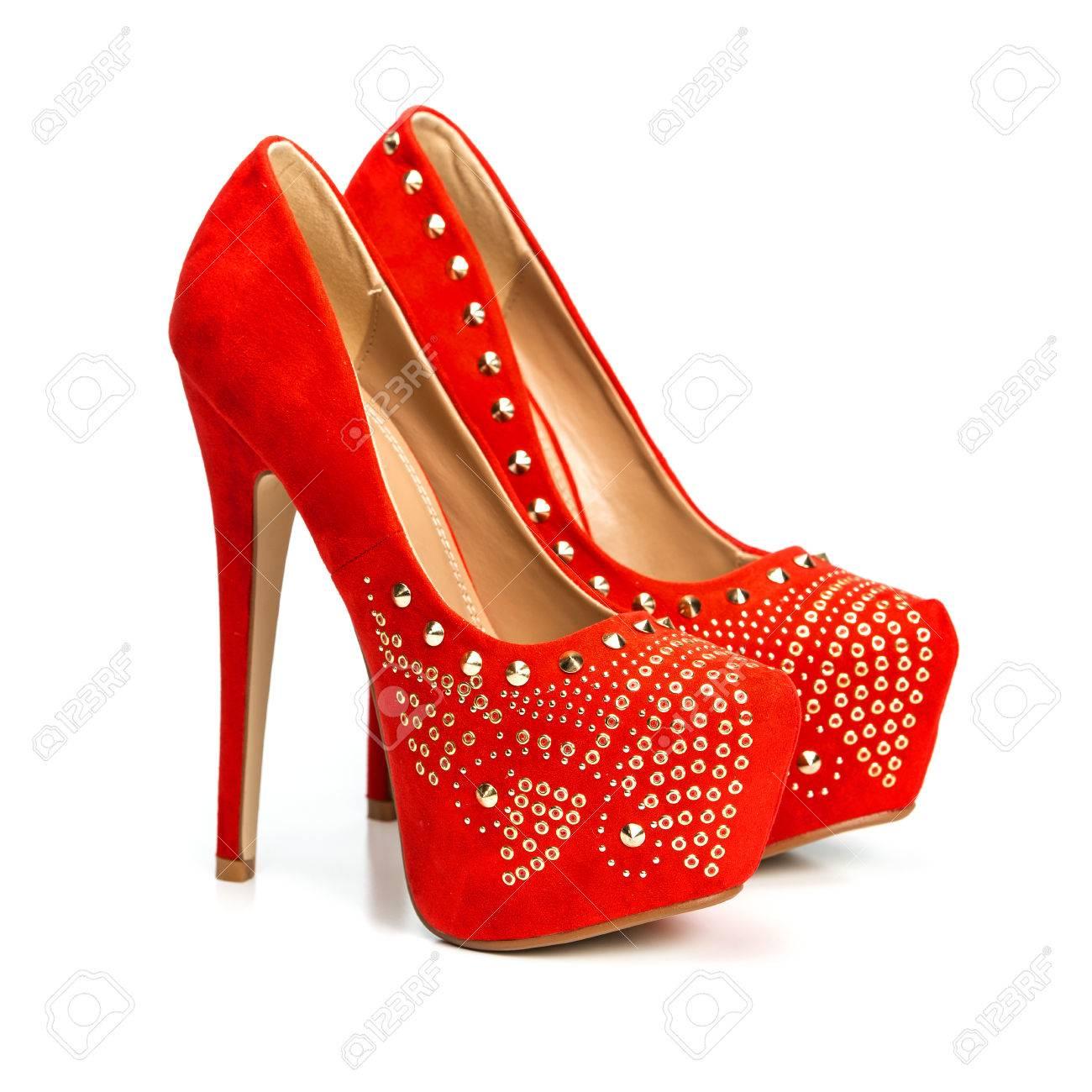 861d7eb5b62 Banque d images - La mode chaussures talons hauts en rouge et or avec une  plate-forme interne strass. Isolé sur tout.