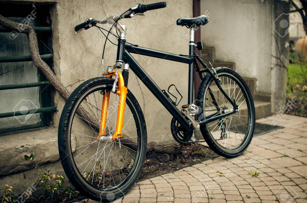 Bicycle leaning against the wall - 34274024