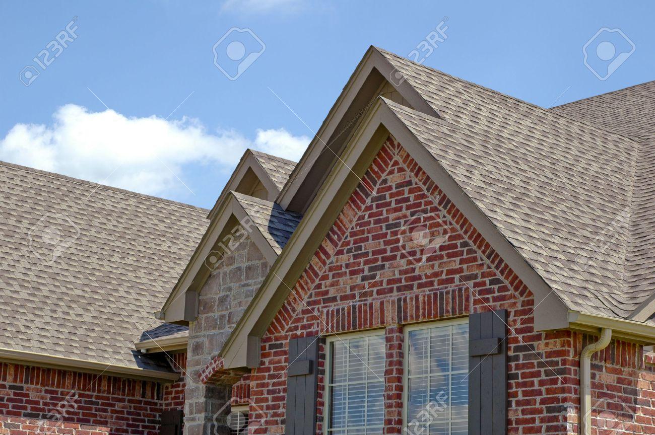 Toit D Une Maison #3: Ligne De Toit Du0027une Maison Avec Gabelles Banque Du0027images - 24597299