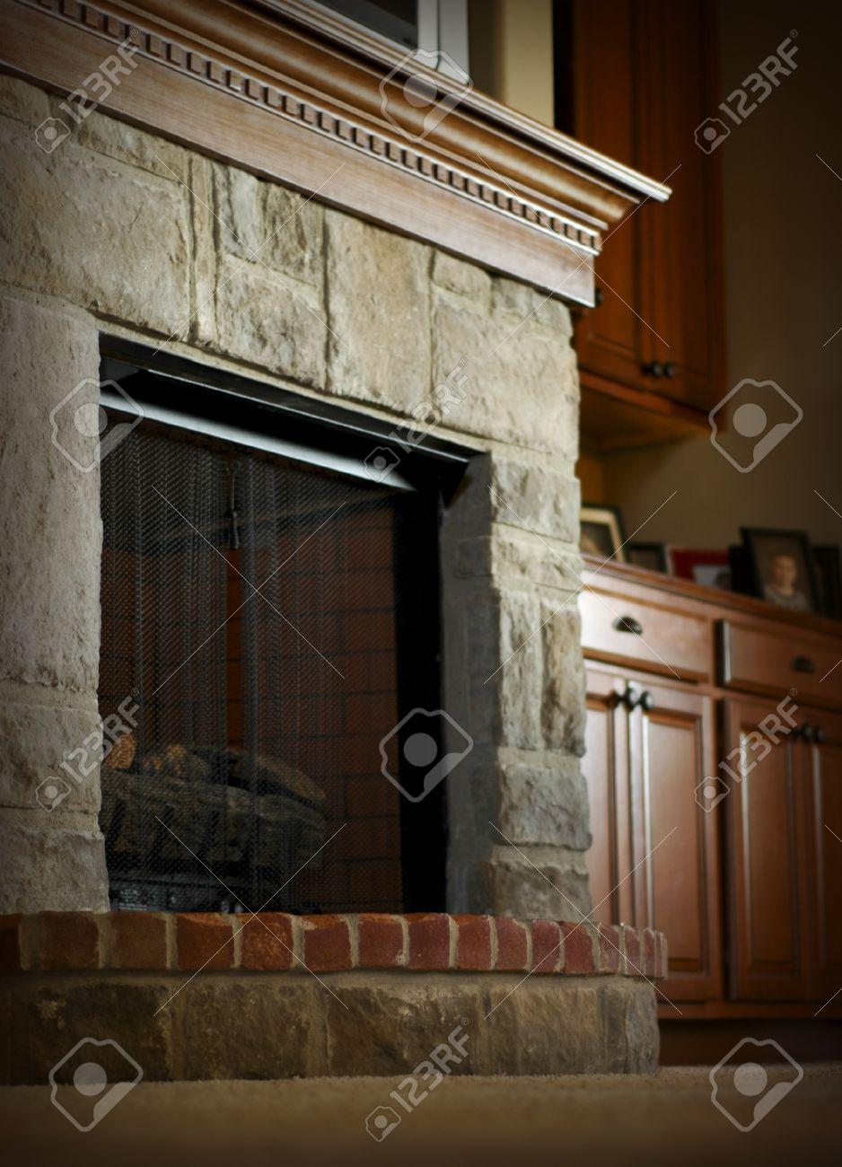 piedra y ladrillo chimenea con repisa de madera foto de archivo