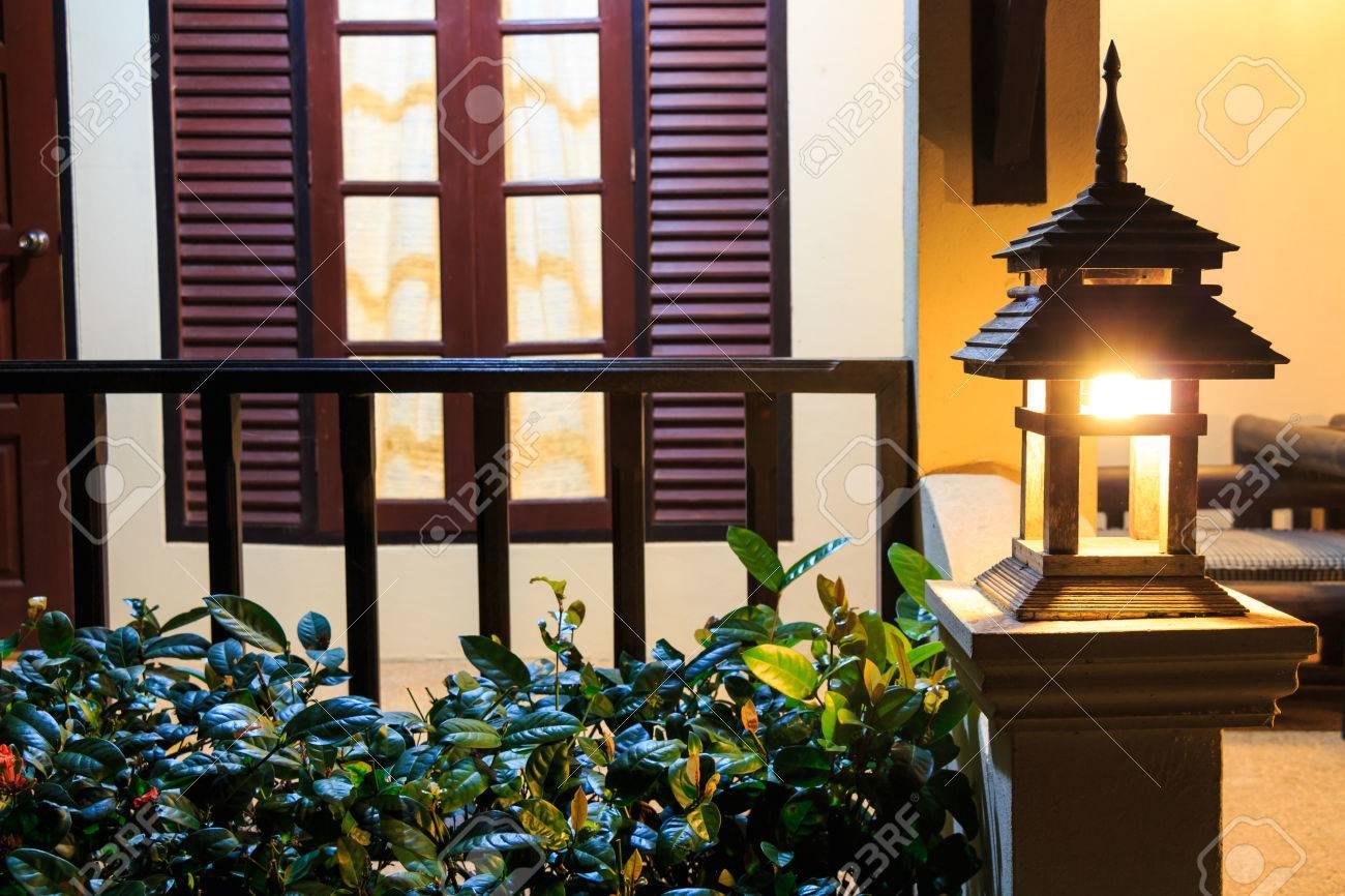 Le Porche De La Maison lampe sur le porche dans la maison moderne dans la nuit, chiang rai