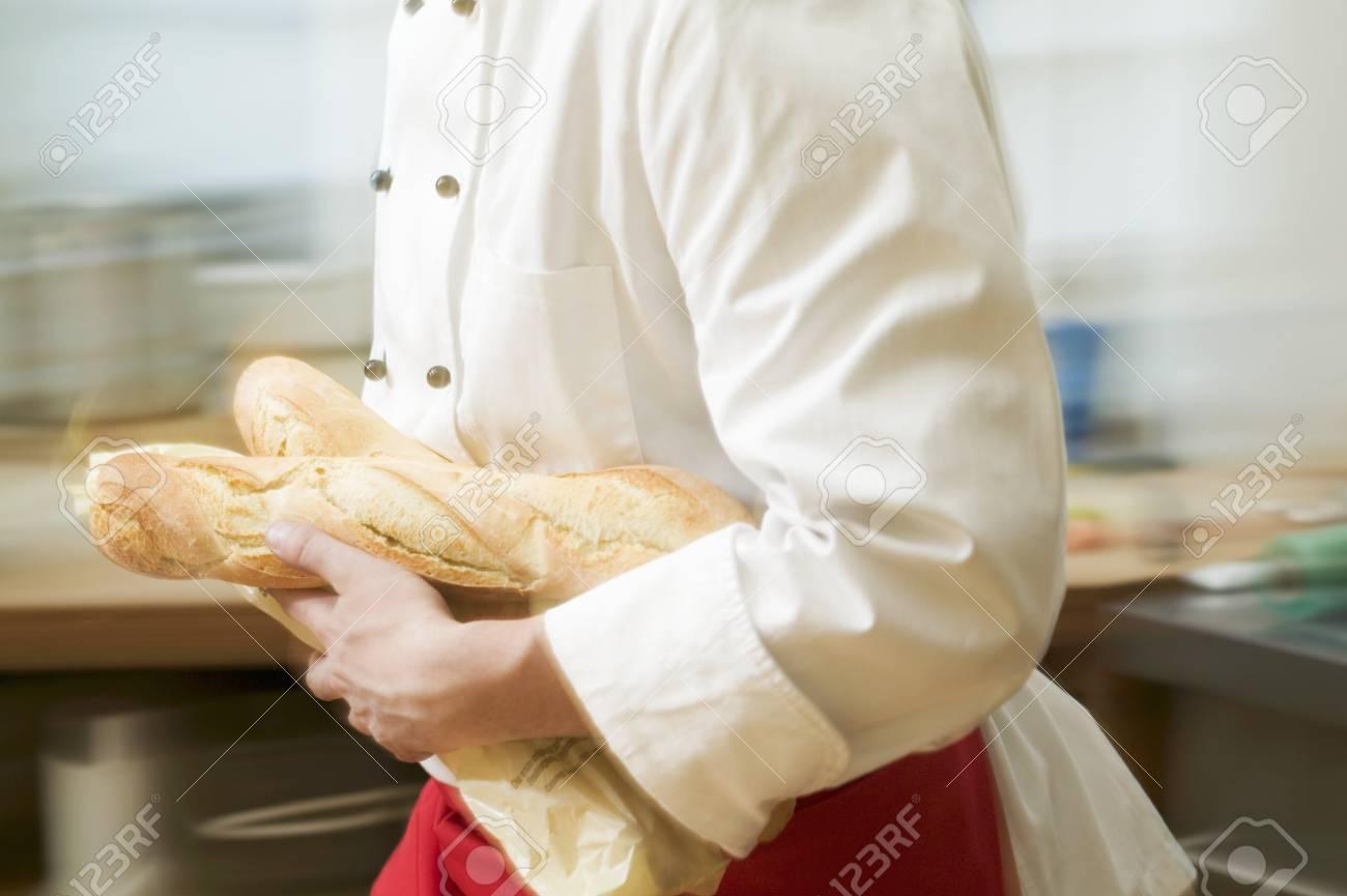 Koch Läuft Mit Baguettes Durch Küche Lizenzfreie Fotos, Bilder Und ...
