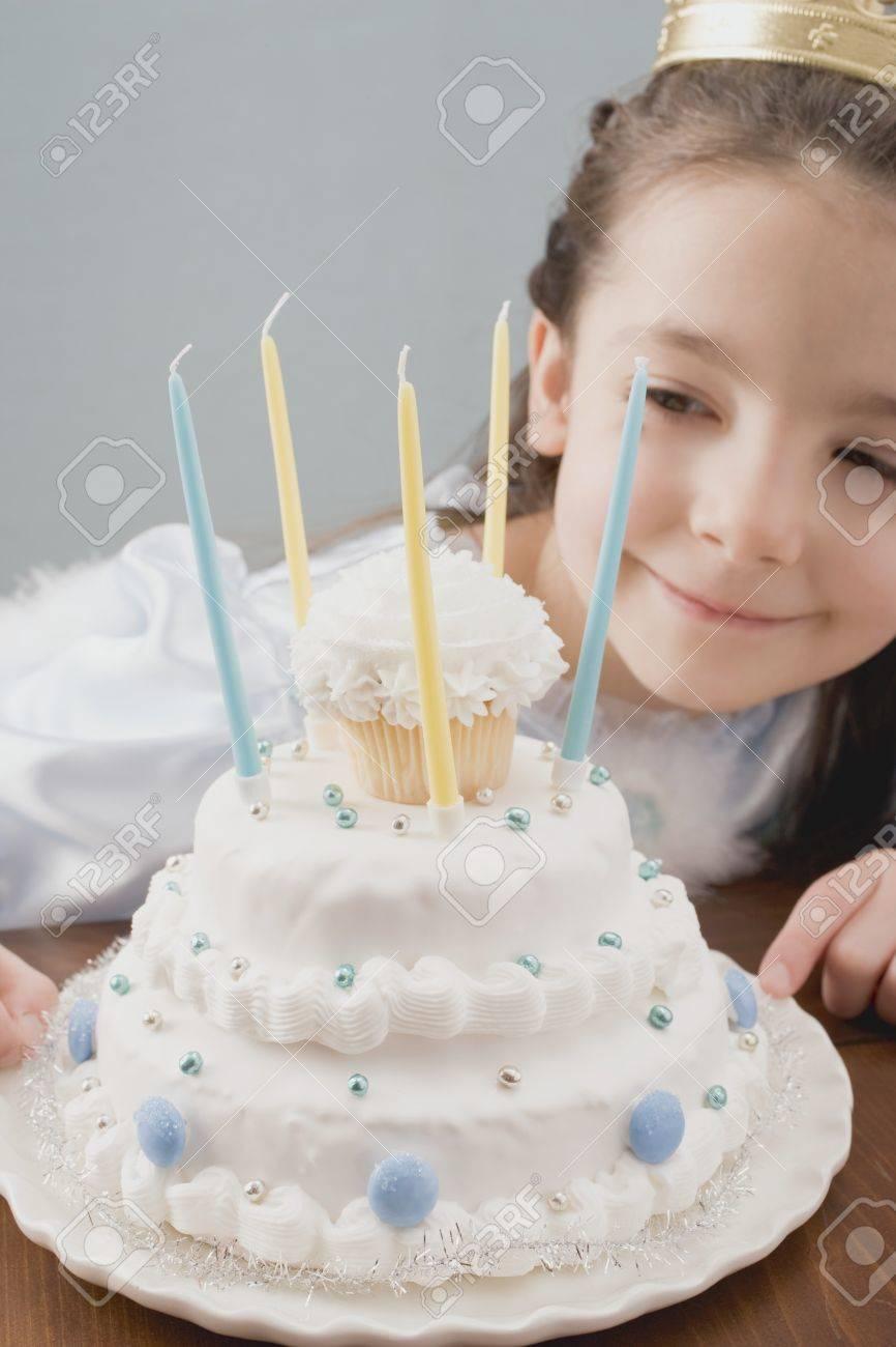 Petite Fille Habillée Comme Princesse Avec Un Gâteau Danniversaire