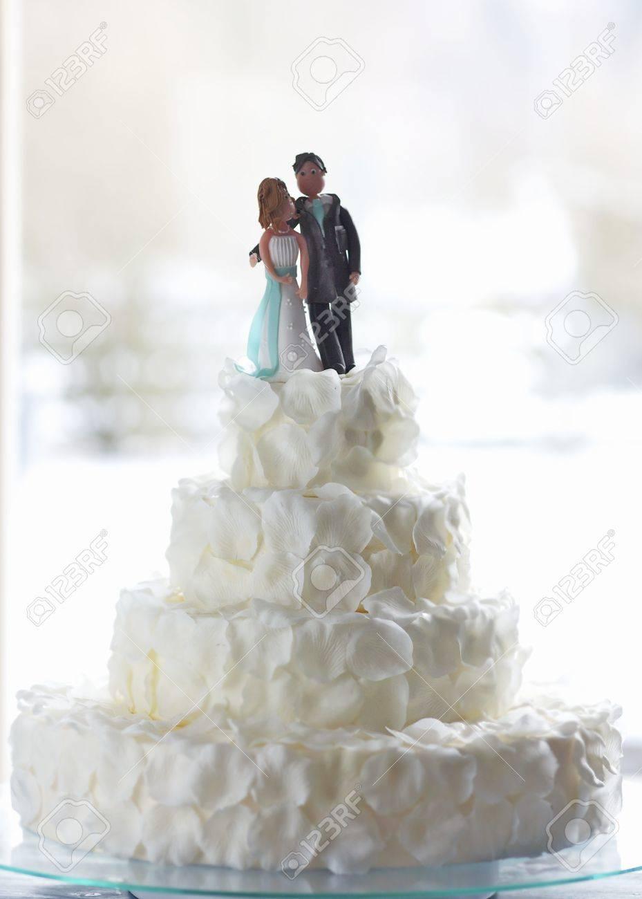 Ein Original Hochzeitstorte Mit Weissen Rosenblattern Dekoriert Und