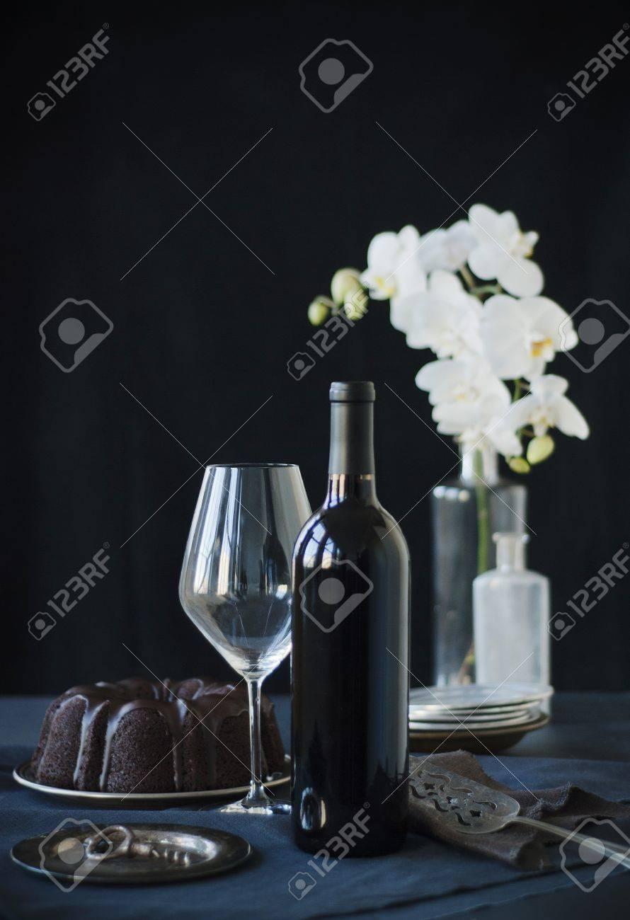 Botella De Vino, Copa De Vino Y Un Pastel De Chocolate Bundt