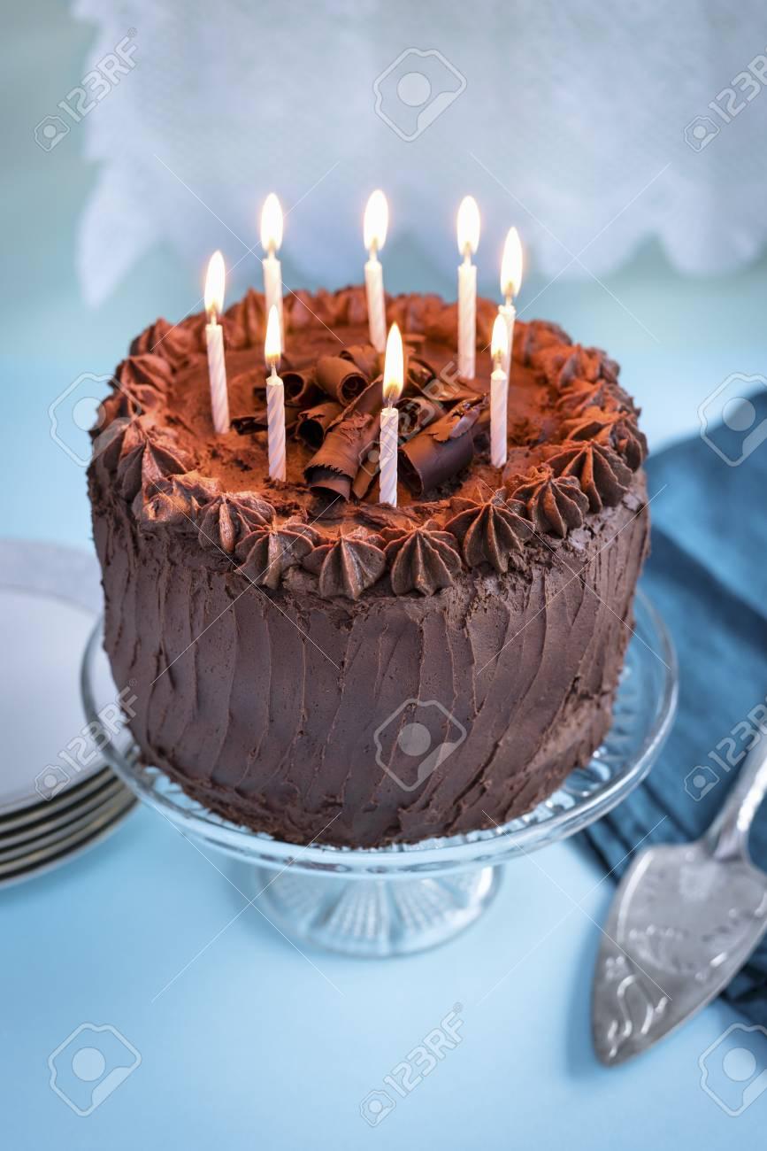 Gâteau D Anniversaire Au Chocolat Avec 8 Bougies Allumées Sur Le Stand De Gâteau