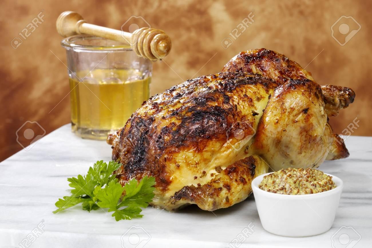 Un Poulet Roti Entier Cuit Avec Un Glacage Au Miel Et A La Moutarde