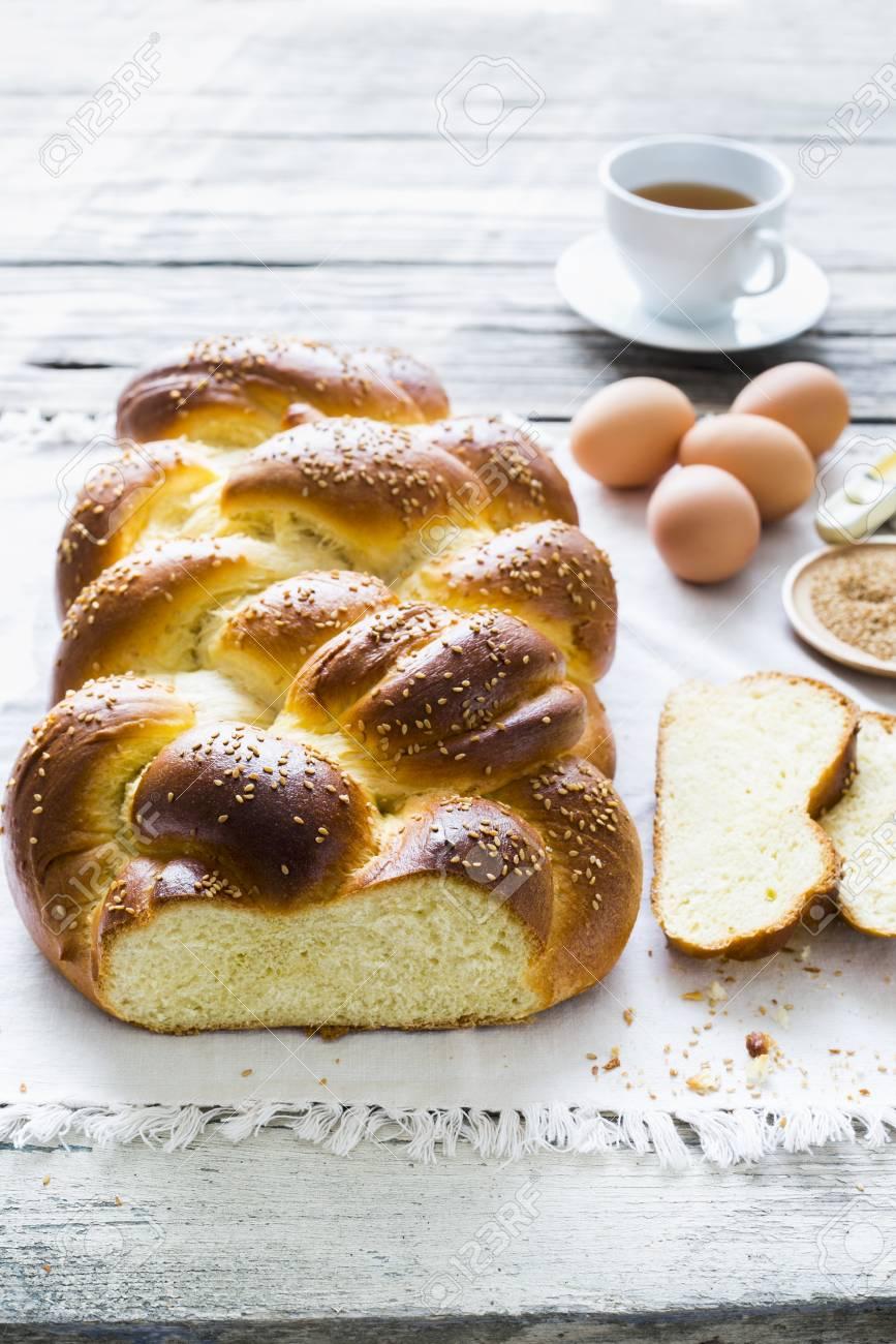 Banque d\u0027images , Challah (une tresse de pain sucré juif) avec des  ingrédients et du café