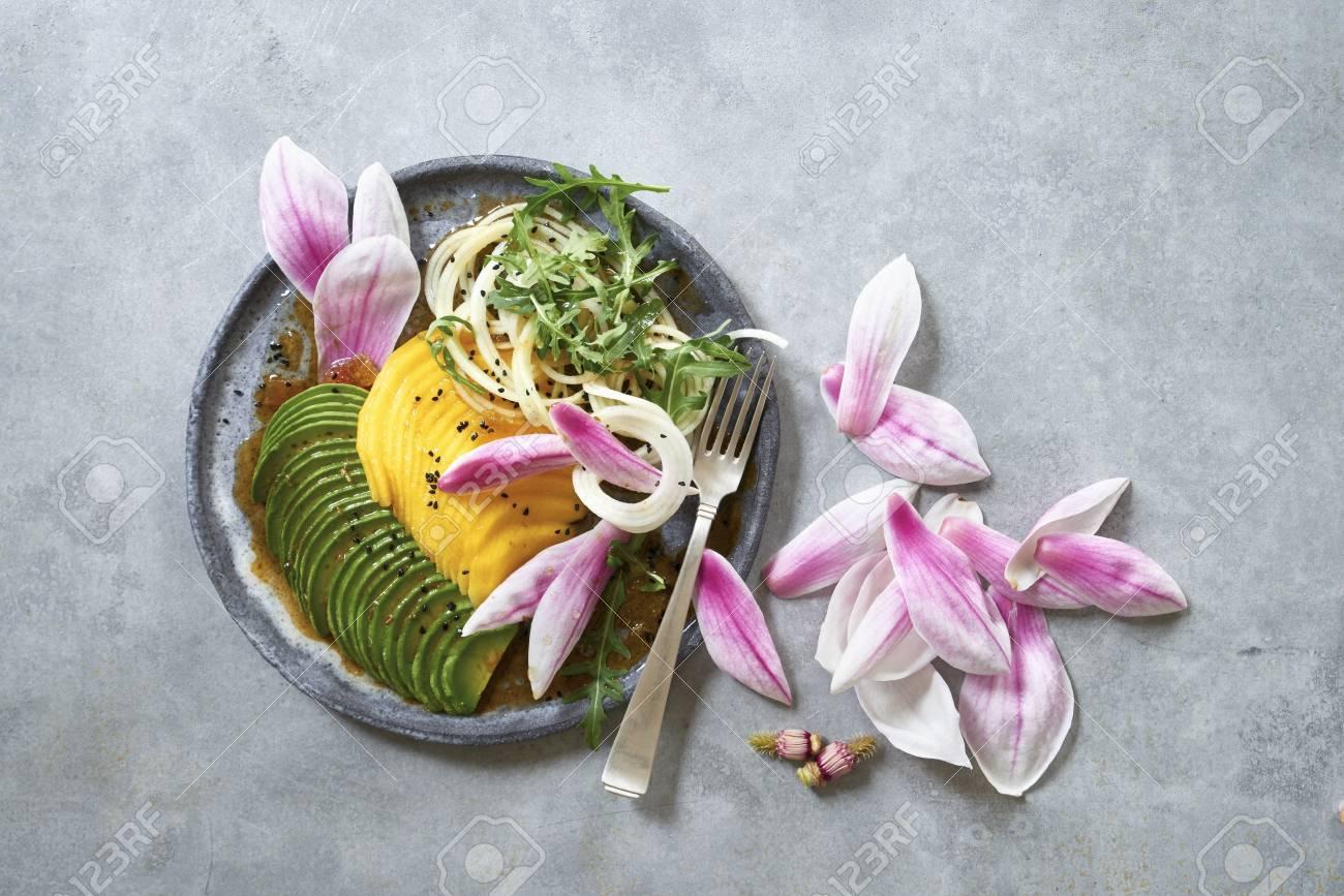 Salade D Avocat A La Mangue Et Aux Fleurs De Magnolia Banque D