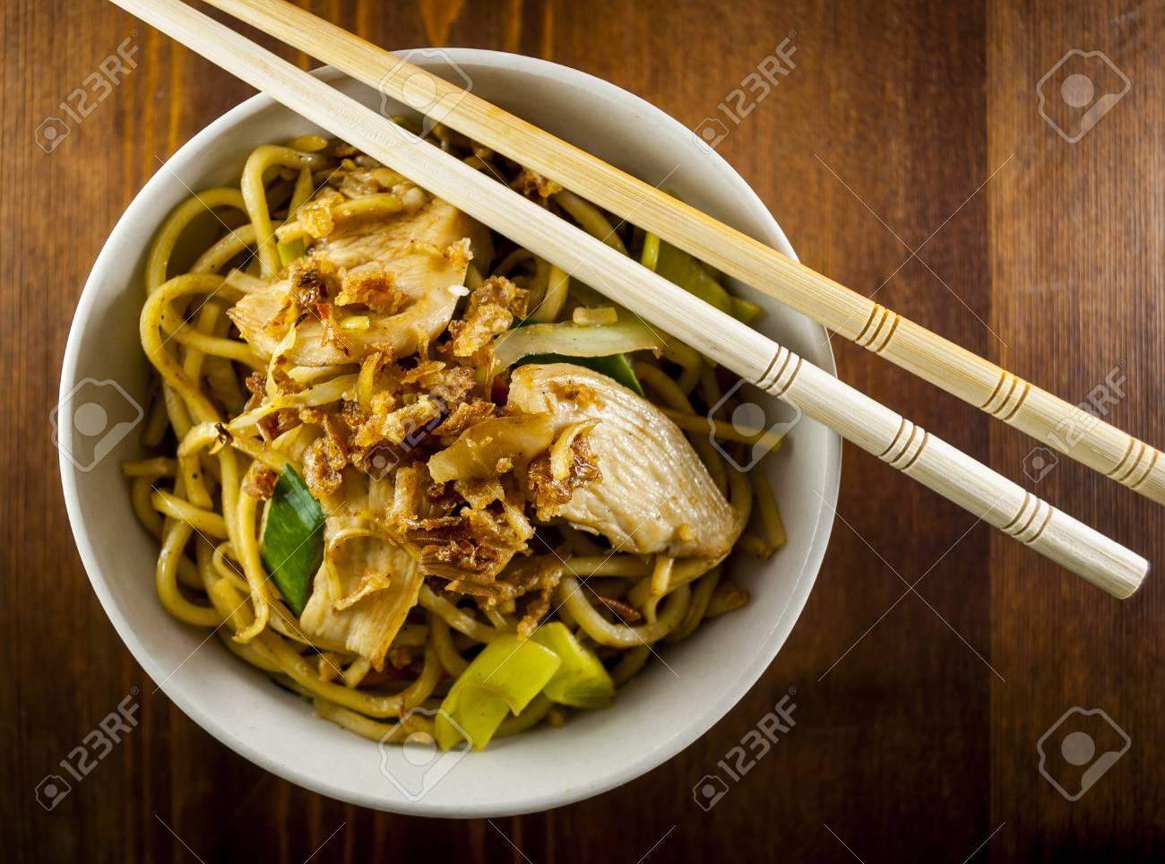 Nouilles Chinoises Au Poulet Et Legumes Sur La Table En Bois Banque