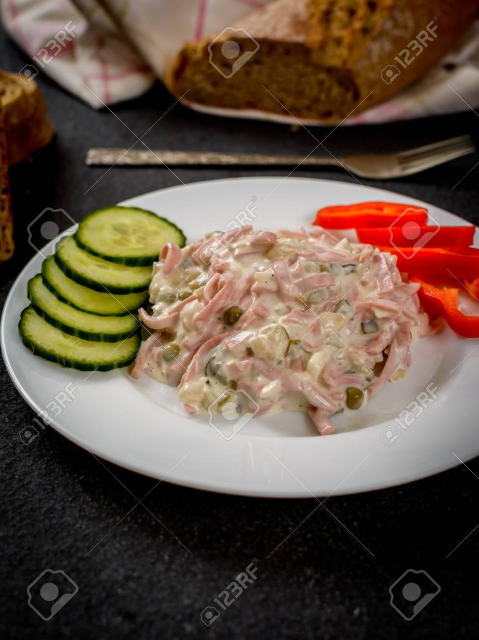 Mayonnaise Gemischter Salat Mit Gemüse Und Wurst Nad Baquette